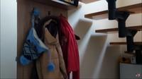 <p>Masuk ke dalam rumah, yang pertama dilihat adalah gantungan seperti berikut. Ini berfungsi untuk menyimpan pakaian luar atau jaket yang dipakai saat berada di luar rumah. Jadi ketika masuk dan berada dalam suhu ruangan yang hangat, pakaian tersebut bisa dilepas.(Foto: YouTube: Mama Efe-Mida)</p>