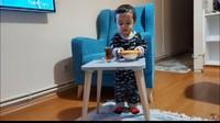 <p>Selanjutnya, keluarga Mama Efe ungkap bahwa rumahnya tak miliki meja di ruang utama. Mereka hanya punya beberapa meja kecil seperti berikut, yang akan dikeluarkan jika sedang dibutuhkan. (Foto: YouTube: Mama Efe-Mida Sembiring)</p>