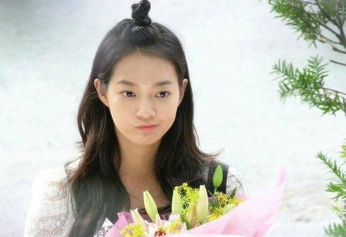 Jauh sebelum membintangi Hometown Cha Cha Cha, Shin Min Ah menjadi aktris Korea populer berkat perannya sebagai Gumiho. Ia beradu akting dengan Lee Seung Gi di drama My Girlfriend is Gumiho./Foto: instagram.com/shinminafans