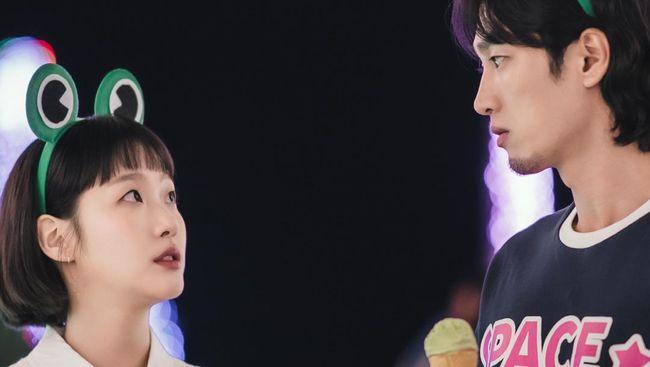 Kim Go-eun terlihat masih canggung dengan kencan buta pertamanya bersama Ahn Bo-hyun dalam Yumi's Cells. Hal itu terlihat di potongan episode 3 Yumi's Cells.