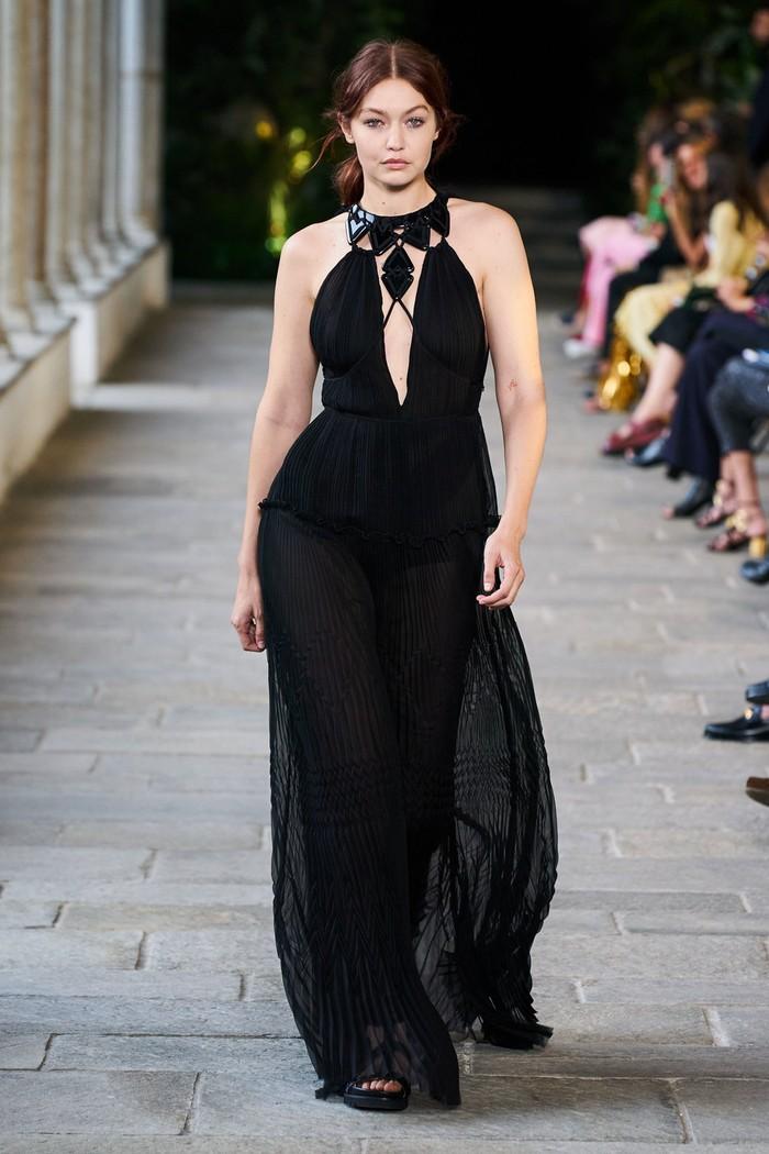 Kembali berjalan di Milan Fashion Week, Gigi langsung menjadi bintang penutup fashion show desainer Alberta Ferretti. Foto: livingly.com/IMAXtree