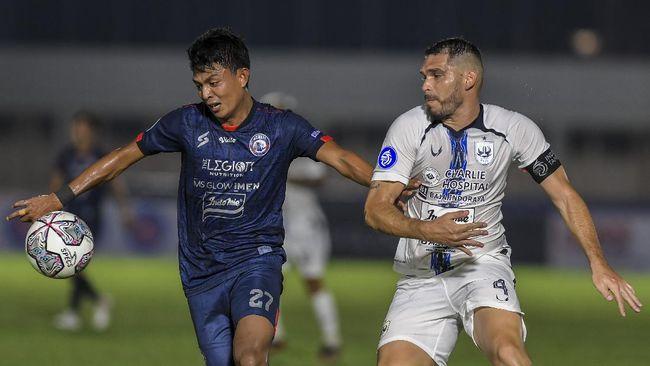 Arema FC bermain imbang tanpa gol melawan PSIS Semarang pada pekan keempat Liga 1 2021 di Stadion Madya, Jakarta.