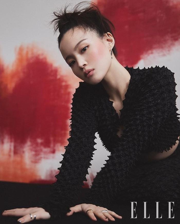 Baru-baru ini, Lee Hi merilis single'Red Lipstick', dengan duet bersama Yoon Mi-rae. Tak disangka, Lee Hi kemudian menjadi muse untuk Nars Cosmetics dengan Elle Korea. Lee Hi mengenakan NARS Air Matte Lip Color, shade Dolce Vita. / foto: instagram.com/ellekorea
