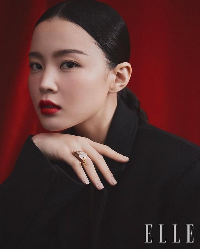 Begitu dirilis, single 'Red Lipstick' milik Lee Hi langsung menjadi populer di mana-mana. Walaupun Lee Hi punya image polos tapi Lee Hi tetap terlihat 'garang' dengan shade ikonik NARS Air Matte Lip Color, Dragon Girl. / foto: instagram.com/ellekorea