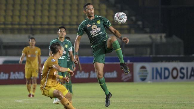 Kelompok suporter Persebaya Surabaya, Bonek, punya alasan khusus mengirimkan karangan bunga usai Bajul Ijo kalah 0-1 dari Bhayangkara FC di Liga 1 2021.