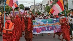 Puluhan Biksu Myanmar Turun ke Jalan Menentang Kudeta Militer