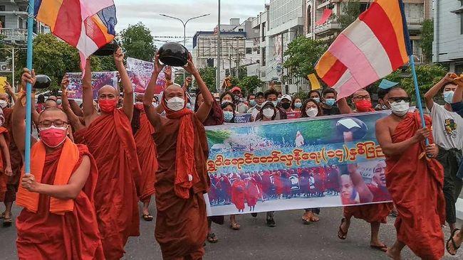 Puluhan biksu pro-demokrasi di Myanmar demo menentang kudeta militer. Mereka siap mengambil risiko karena merasa bisa ditangkap atau ditembak kapan saja.