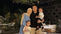 <p>Dari pernikahannya dengan Erlangka Tjokro, Cynthia Ramlan dikarunia dua anak laki-laki. Kehadiran dua jagoan kecil membuat rumah tangga Cynthia makin sempurna.(Foto: Instagram @cynthiaramlan)</p>