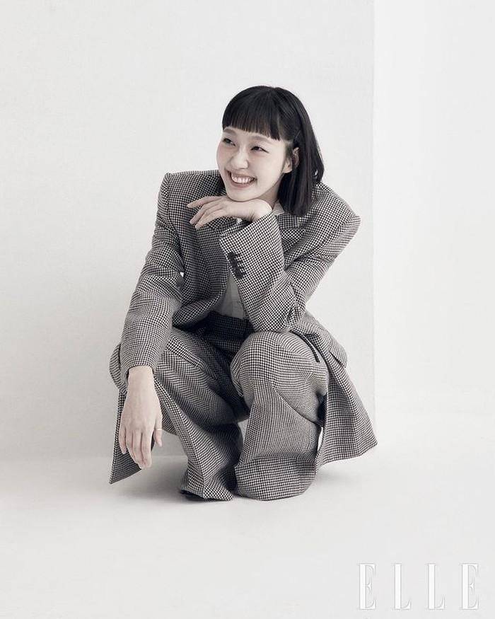 Kim Go-eun dikenal setelah membintangi drama Goblin bersama Gong Yoo. Setelahnya ia beradu peran dengan Lee Min-ho di drama The King: Eternal Monarch. Setahun berselang, Kim Go-eun kembali berakting ciamik di Yumi's Cell. / foto: instagram.com/ellekorea