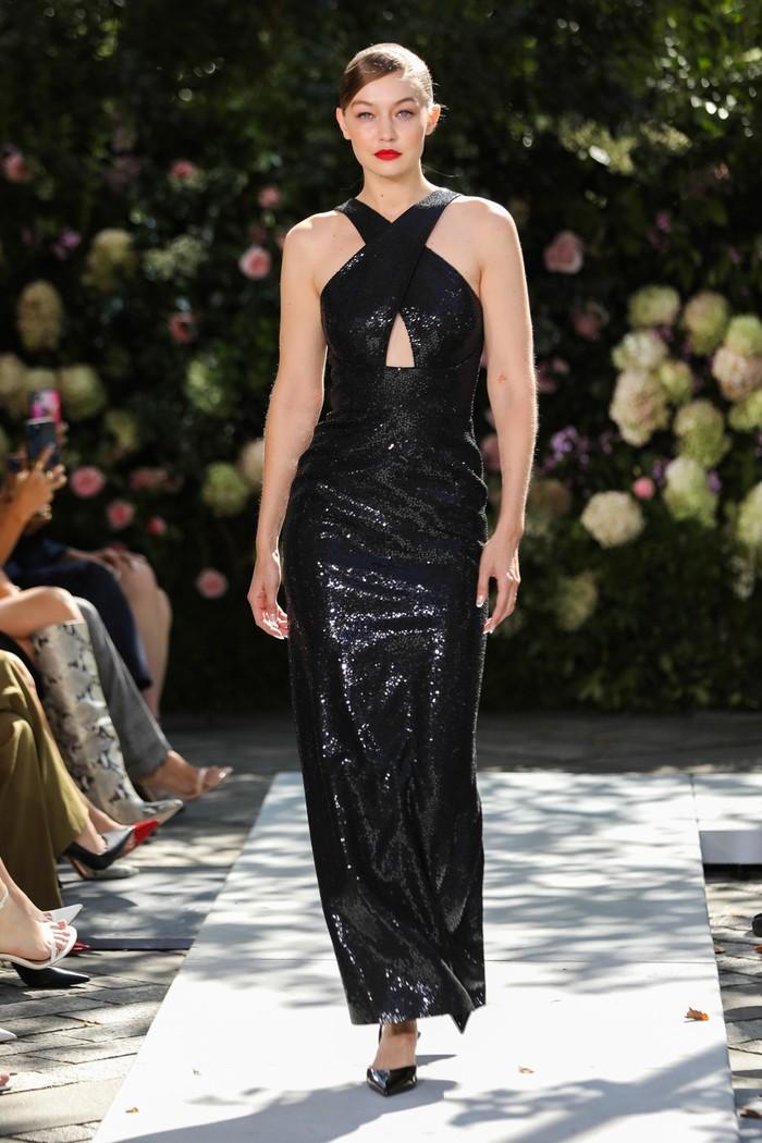 Michael Kors mendaulatnya untuk mencitrakan perempuan glamor dalam busana hitam bahan sequins di koleksi terbaru. Foto: livingly.com/IMAXtree