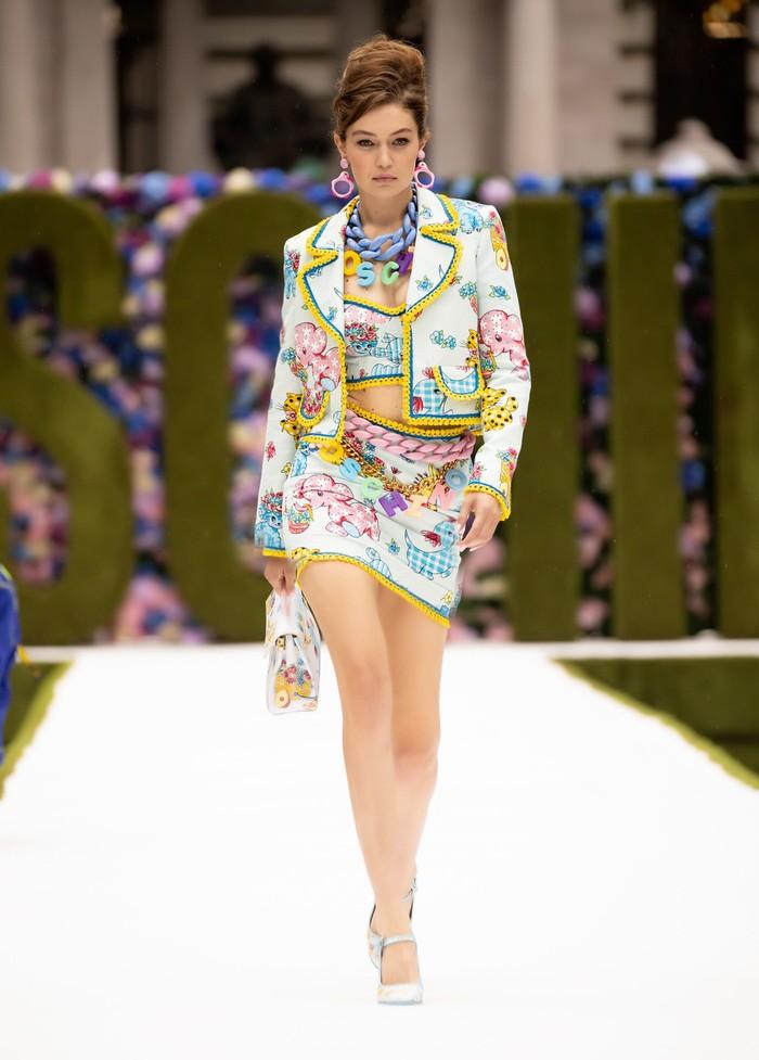 Tak hanya glamor, Gigi membuktikan bahwa ia pun dapat memeragakan busana playful seperti lansiran Moschino. Foto: livingly.com/IMAXtree