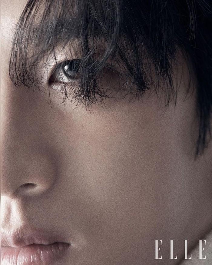 Love interest Kim Go-eun dalam drama ini adalah Ahn Bo-hyun. Ahn Bo-hyun berperan sebagai Gu-Woong, seorang game developer yang berantakan dan urakan. Yumi dan Woong bertemu setelah dijodohkan oleh teman Yumi. / foto: instagram.com/ellekorea.