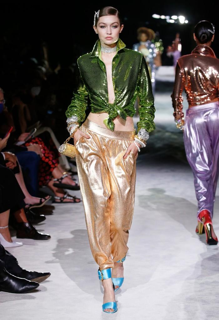 Gigi Hadid merupakan salah satu model favorit Tom Ford, dan tak heran ia kembali dipercaya untuk berpartisipasi di fashion show koleksi terbaru sang desainer. Foto: livingly.com/IMAXtree