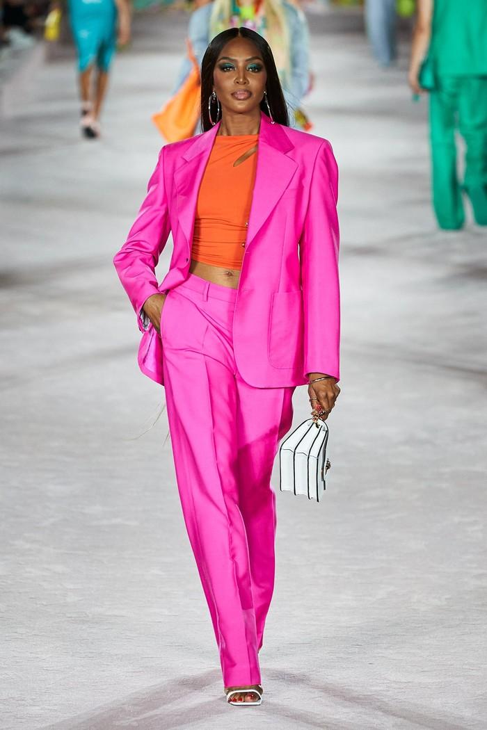 Tak lengkap bila sebuah show yang dipenuhi model dan selebriti bila tanpa supermodel legendaris Naomi Campbell yang terlihat fierce.Foto: Alessandro Lucioni/Go Runway/Vogue