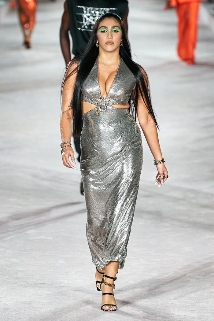 Lourdes Leon, penyanyi dan putri dari Madonna juga menjadi kejutan lain yang dihadirkan oleh rumah mode milik Donatella Versace ini. Foto: Alessandro Lucioni/Go Runway/Vogue