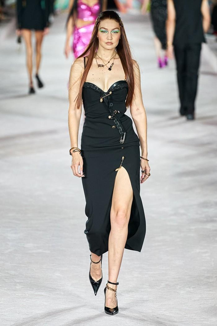 Gigi tampil membawakan dua look di fashion show Versace, salah satunya adalah gaun malam aksen safety pinsFoto: livingly.com/IMAXtree