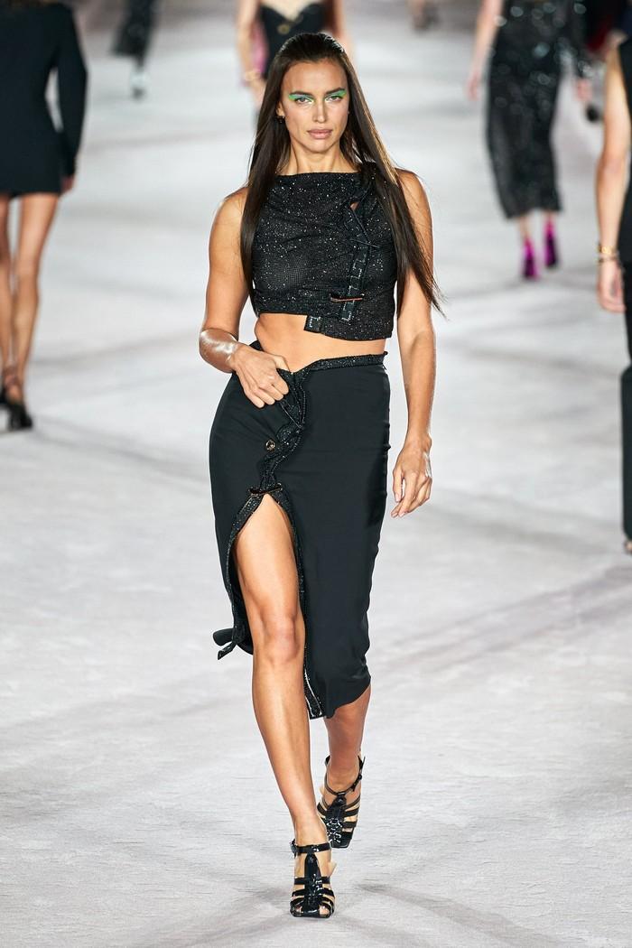Irina Shayk berjalan di sesi gaun malam pada peragaan koleksi Versace spring/summer 2022. Foto: Alessandro Lucioni/Go Runway/Vogue