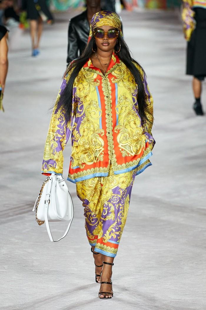 Precious Lee kembali memeriahkan fashion show Versace, di mana tampil dalam padanan busana kasul bermotif baroque. Foto: Alessandro Lucioni/Go Runway/Vogue