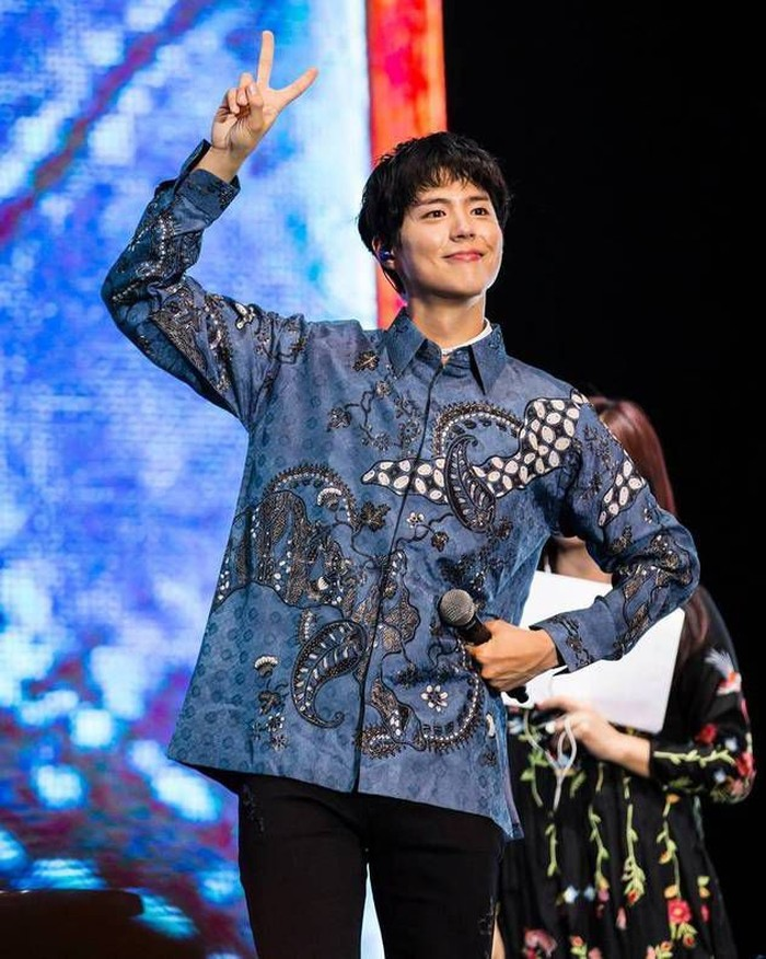 Artis Korea Park, Bo Gum juga terlihat mengenakan batik lengan panjang berwarna biru pada sebuah acara. Duh boyfriend material banget ngga sih, Beauties? (pinterest.com)
