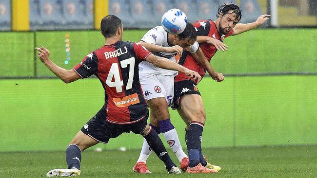 Momen unik terjadi di laga Genoa lawan Verona di Liga Italia saat Mattia Destro mencetak gol sambil memegang botol.