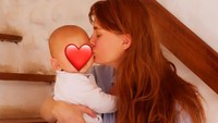 <p>Sama seperti beberapa artis, Ario dan istri bulenya memutuskan untuk tidak mengekspos wajah anak pertama mereka di media sosial.(Foto: Instagram @valentinepayen)</p>