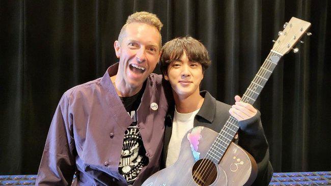 Vokalis Coldplay, Chris Martin, diketahui memberikan sebuah gitar kepada Jin BTS baru-baru ini dengan pesan khusus.