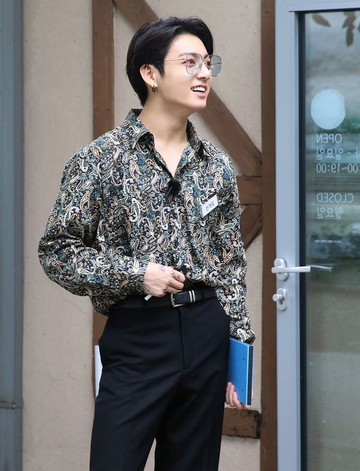 Member termuda BTS, Jungkook juga kedapatan mengenakan kemeja motif batik ketika sedang syuting sebuah acara. Dengan kacamata yang ia kenakan, menambah ketampanannya. Siapa yang jadi berasa diajak kondangan sama Jungkook nih, Beauties? :D (pinterest.com)Foto: Octaviani