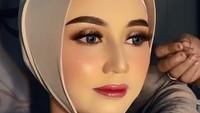 <p>Dalam video tersebut, tampak seorang wanita sedang dipakaikan ciput hijab setelah wajahnya dirias oleh sang MUA. Riasan wajahnya pun tampak <em>flawless</em> hingga membuat pangling. (Foto: dok. TikTok Reskiiyani)</p>