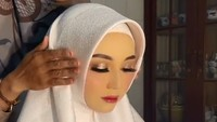 "<p>Banyak netizen pun berkomentar jika pengantin ini mirip seperti boneka hingga manekuin. Salah satunya, ""Tadi gw kira patung kepala yang buat majang jilbab (emoji menangis)..."" tulis akun @Rara.... (Foto: dok. TikTok Reskiiyani)</p>"
