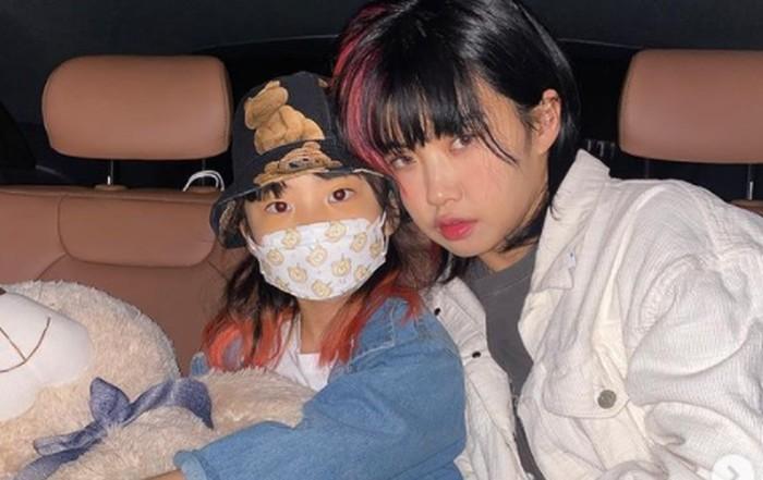 Punya wajah yang baby face dan berjiwa muda, Aiki ternya sudah menikah dan memiliki seorang putri, lho! Ia menikah di usia 24 tahun, dengan suaminya yang bertemu lewat kencan buta./Foto: instagram.com/aiki_kr