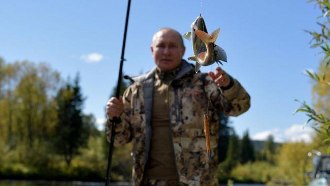 Melalui sederet foto yang dirilis Kremlin pada akhir pekan lalu, Putin terlihat mendaki gunung dan memancing di Teritorial Primorye dan wilayah Amur, Siberia.