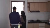 <p>Meski luas, sudut rumahnya terlihat simpel dan minimalis. Di bawah tangga terdapat <em>kitchen set</em> modern. (Foto: YouTube Ricis Official)</p>