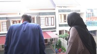 <p>Pemandangan dari balkon rumahnya. Cukup luas rumahnya ya, Bunda? Ketika ditanya mengapa pindah ke Jakarta, Teuku Ryan mengaku sudah niat tinggal bersama dengan Ria Ricis setelah menikah dan akan melanjutkan S2. (Foto: YouTube Ricis Official)</p>