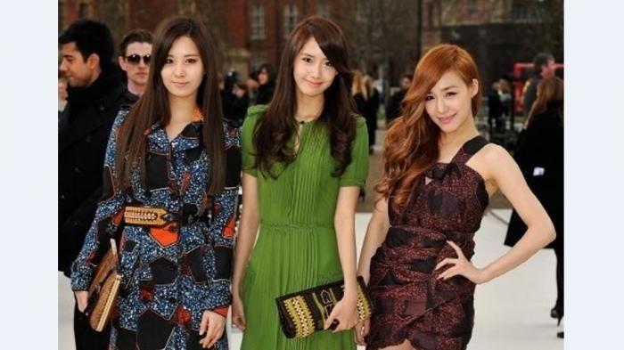 Seohyun dan Tiffany dari girlband SNSD pernah mengenakan batik pada sebuah acara yang mereka hadiri. Seohyun mengenakan dress batik lengan panjang model V-Neck, sedangkan Tiffany mengenakan busana batik model simply dress. (pinterest.com)