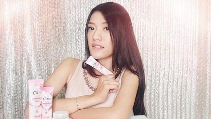 Sebagai seorang public figure, ia ternyata sudah sering bekerja sama dengan berbagai brand kecantikan. Salah satunya potret Anissa dengan brand ternama, Citra.(Foto: instagram.com/anissaaziza)