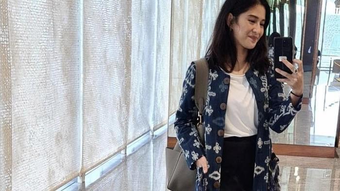 6 OOTD Batik ala Dian Sastrowardoyo, Tampil Modern dan Tradisional Sekaligus