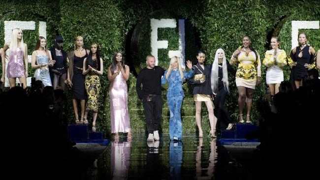 Setelah rumor selama beberapa bulan terakhir, kolaborasi antara dua label fashion besar Fendi dan Versace menjadi kenyataan.