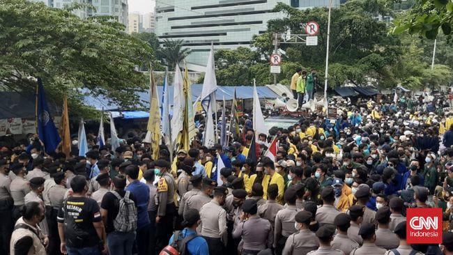 Kepolisian yang berjaga di sekitar Gedung KPK masih mengadang massa dari BEM SI yang ingin berunjuk rasa. Sejauh ini, massa belum bisa mencapai halaman KPK.