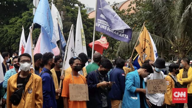Jumlah mahasiswa yang menggelar demonstrasi di sekitar Gedung KPK terus bertambah. Sejauh ini, mereka masih berusaha merangsek masuk ke halaman KPK.