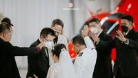 <p>Joy Tobing dan suaminya tampil kompak mengenakan busana berwarna putih, Bunda. Serasi ya? (Foto: Instagram @joydestinytobing)</p>