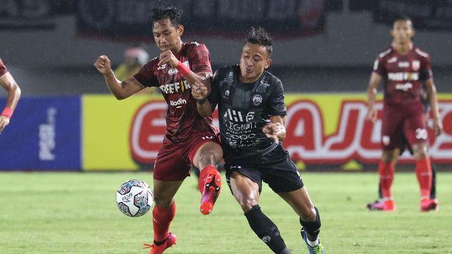 Menko Perekonomian sekaligus koordinator PPKM di luar Pulau Jawa dan Bali, Airlangga Hartarto, mempersilakan Liga 2 2021 di luar Jawa-Bali.