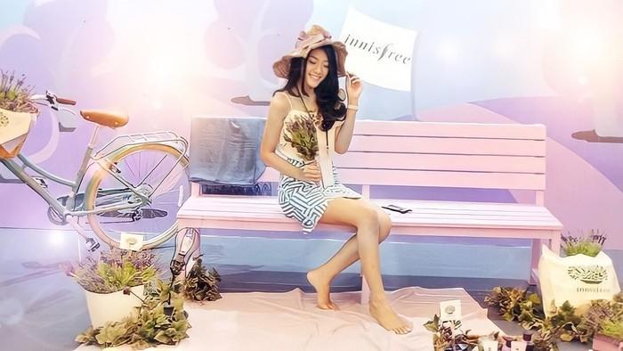 Selain bekerja sama, Anissa juga sering diundang untuk berbagaiacara, salah satunyadari Innisfree yang merupakan salah satu brand skincare Korea. Ia bahkan berhasil bertemu dengan salah satu member SNSD yang turut hadir dalam event ini. (Foto: instagram.com/anissaaziza)