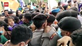 VIDEO: Mahasiswa-Aparat Saling Dorong di KPK