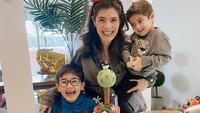 <p>Carissa Puteri bersama suami dan kedua anaknya, Quenzino dan Zenecka kini hampir dua tahun menetap di Australia, tepatnya di Melbourne. Selama dua tahun berturut-turut pun, mereka merayakan ulang tahun di sana. (Foto: Instagram @carissa_puteri)</p>