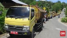Warga Ambon Protes Jalan Rusak, Belasan Truk Sampah Mengantre