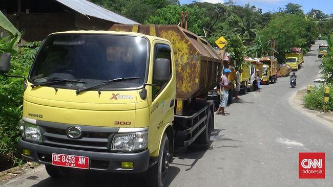 Warga Ambon memblokade jalan menuju Tempat Pembuangan Sampah Terakhir (TPST) Toisapu, Senin (27/9), untuk memprotes kerusakan jalan.