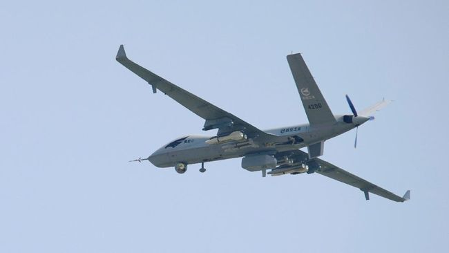 Dari pesawat tempur J-16D hingga drone pengintai yang super canggih dipamerkan China pada Selasa (28/9).