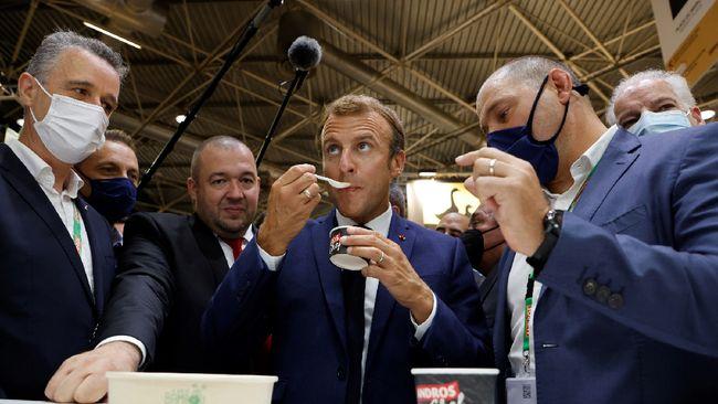 Seorang pria melempar Presiden Prancis Emmanuel Macron dengan telur saat berkunjung dalam pameran restoran dan hotel di bagian selatan Kota Lyon.