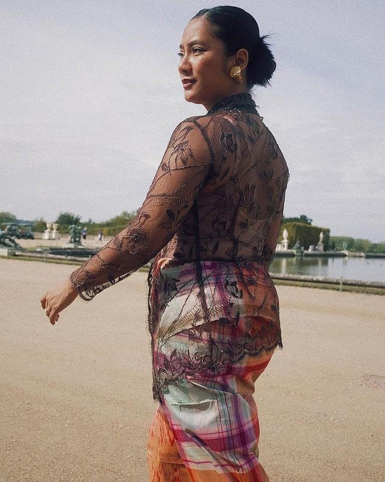 Gaya Unik Tara Basro Keliling Paris Pakai Baju Kebaya