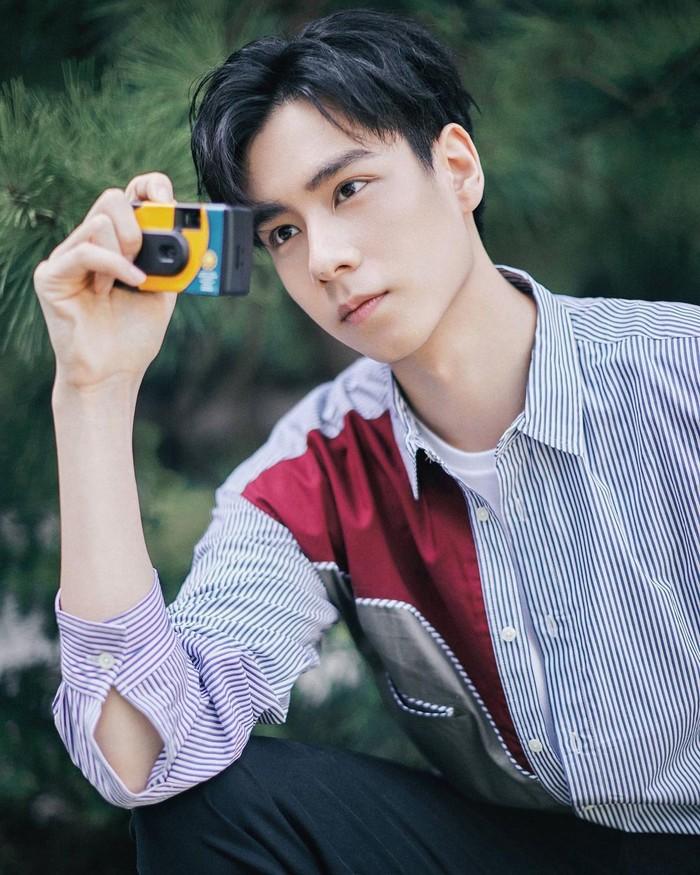 Hu Yitian merupakan salah satu aktor China yang sering disebut-sebut sebagai aktor tertampan. Populer membintangi drama 'A Love So Beautiful', Hu Yitian semakin sukses setelah membintangi serial 'Go Go Squid'. /Foto: instagram.com/@hu_yitian